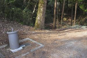 駐車場の脇にある水道、ここで水...