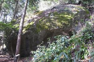 一際大きい「鏡岩」。...