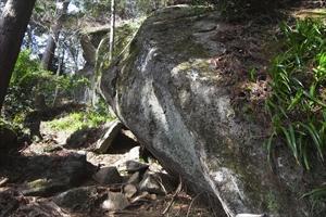 「吉野岩」(弁慶の力試岩)。岩...