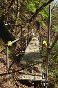橋を渡って、尾根の突端に回りこ...