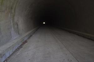 トンネル内は暗いよ〜。...
