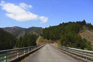 この橋を渡れば一般道に出る。...
