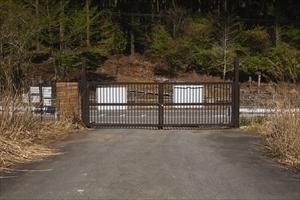 一般道に出る所にゲートがある。...