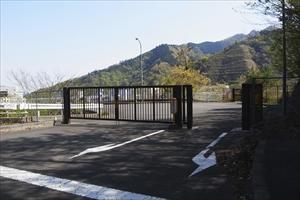右に曲がり、宮ヶ瀬ダムへの近道...