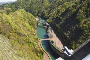 ダムの左側(下流側)。...