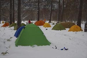梓川沿いのテントサイトは色とり...