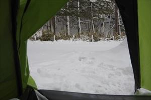 テント内から外を見る。雪景色〜...