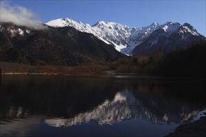 大正池越しの穂高連峰。...
