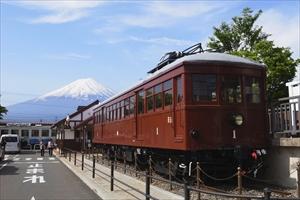 富士山をバックに駅前に置いてあ...