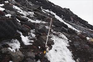 雪渓を登り切ると再び岩場なので...