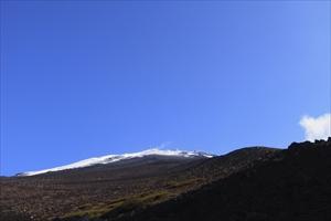 山頂方面を仰ぎ見る。青空がキレ...