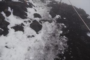 雪渓を登り詰めて夏道に出る。前...