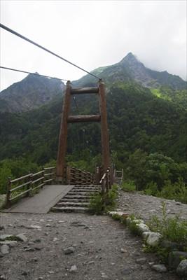 明神橋を渡る。...