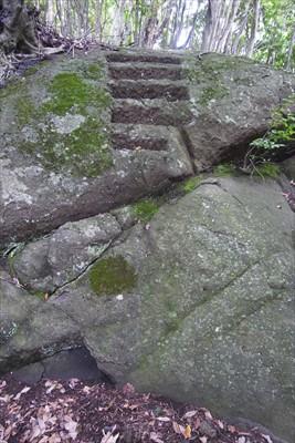 なんだこの階段? 一番下の段で...