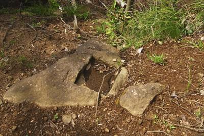 何かの石碑が建っていた跡だろう...