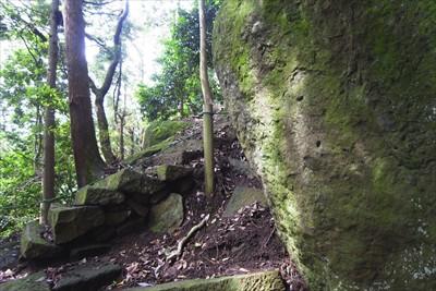 ・・・そこまで行ってみると岩の...