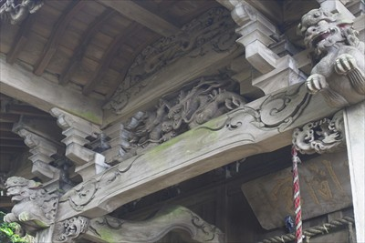 りっぱな彫刻がある。ここの神社...