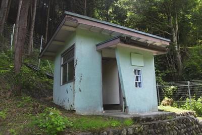 林道の脇にあるトイレ。...