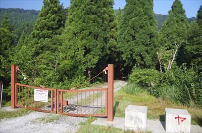 林道を少し進むとゲートがある。...