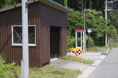 左に曲がった所にバス停があった...