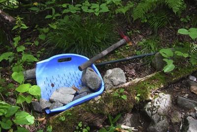 登山ルートを整備するための道具...