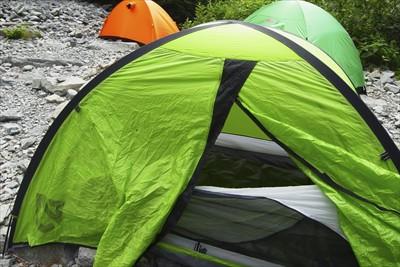とりあえず、大急ぎでテントを立...