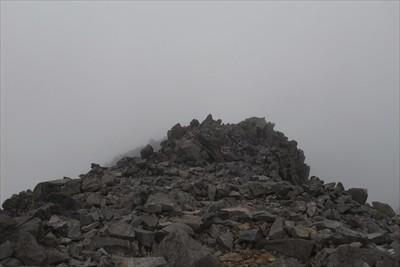 山頂は細長いので、ちょっと奥ま...