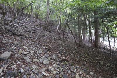 ・・・斜面の上からの大小の石で...