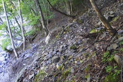 途中で道は右斜面からの土砂で埋...