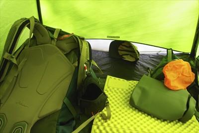 とりあえず、荷物をテントに放り...