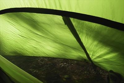 まだ、テント内は暑いので入り口...