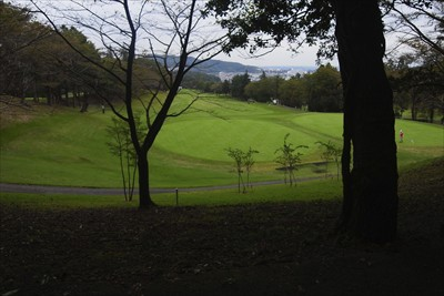 しばらくはゴルフ場の脇の道を進...