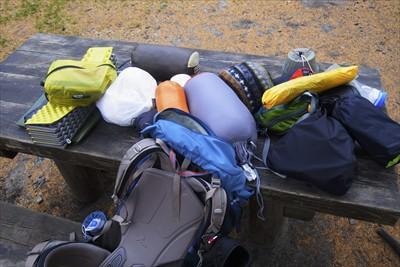 ・・・荷物をテントから出す。...