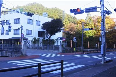 高尾山入口の交差点を渡り・・・...