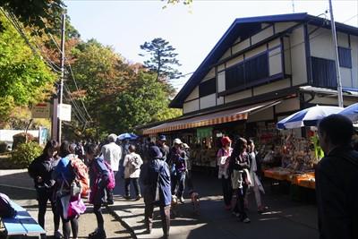 (ケーブルカーの)高尾山駅周辺...