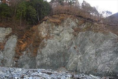 対岸の大岩。これも海底で作られ...