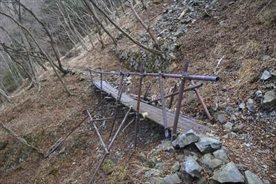 この橋の上部の斜面にも補強の石...