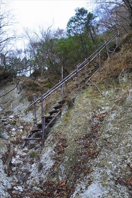 最後の階段を登る。手摺が冷たい...