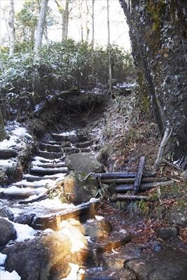 大岩の左側を回りこむように登っ...