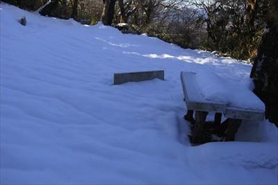 山頂より一段下にもベンチがあっ...
