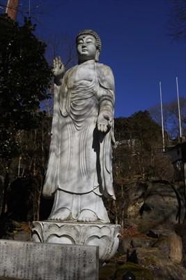 仏像・・・。この上にお寺がある...