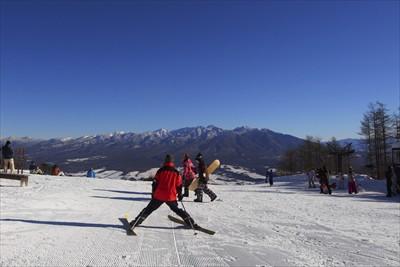 スキーヤーやスノーボーダーを横...