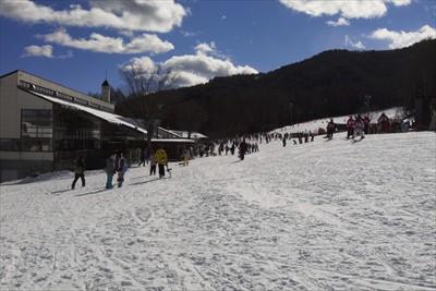 スキーヤーやスノーボーダーがい...