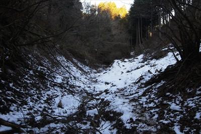 谷底には雪が・・・。歩く人は少...