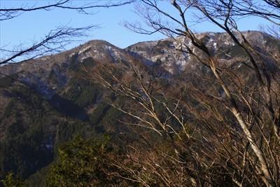 二ノ塔、三ノ塔の向こうに富士山...