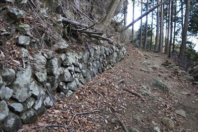 石積みもある。ここがヤビツ峠へ...