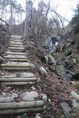 いきなりの階段。右側に沢が流れ...
