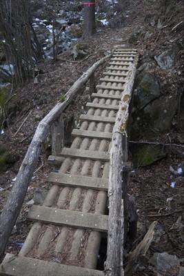 欄干のある洒落た橋。...