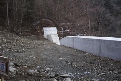 砂防ダムの上に出た。...
