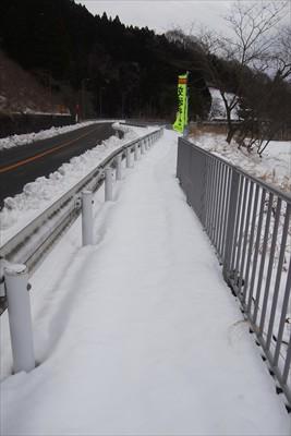 やっぱり、歩道は雪がいっぱい・...